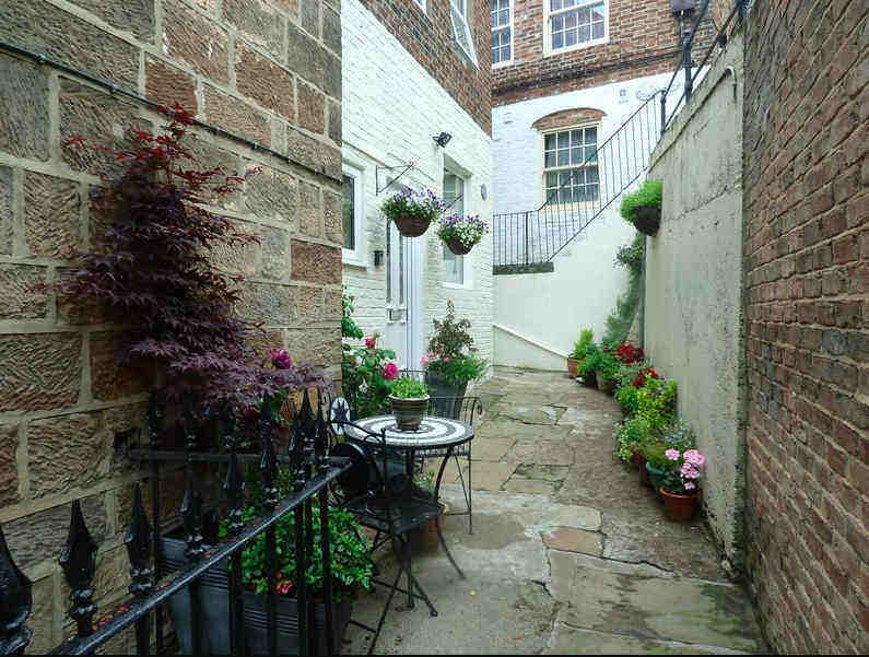 The secluded yard of the charming Periwinkle Cottage, a self catering holiday cottage in Whitby old town
