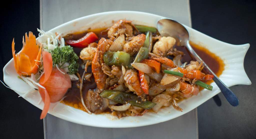 Goong Pad Prik Thai Dum; Jumbo Prawns with Blackbean Sauce and Peppers